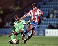 Fotball. Landskamp. Treningskamp. Privatlandskamp.<br /> Nigeria v Paraguay. 26.03.2002.<br /> Augustine Okocha, Nigeria og Roque Santacruz, Paraguay.<br /> Foto: Jean-Marie Hervio, Digitalsport