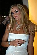 Miljonair Fair 2004 - Ondernemen is topsport<br /> De derde Miljonair Fair 2004, van 10 t/m 12 december in de RAI Amsterdam, was een daverend succes! Vier dagen lang sprankelende luxe op 20.000 vierkante meter RAI.<br /> <br /> Zwemster en Gouden Medaille winnaar Inge de Bruijn krijgt een Swatch horloge.