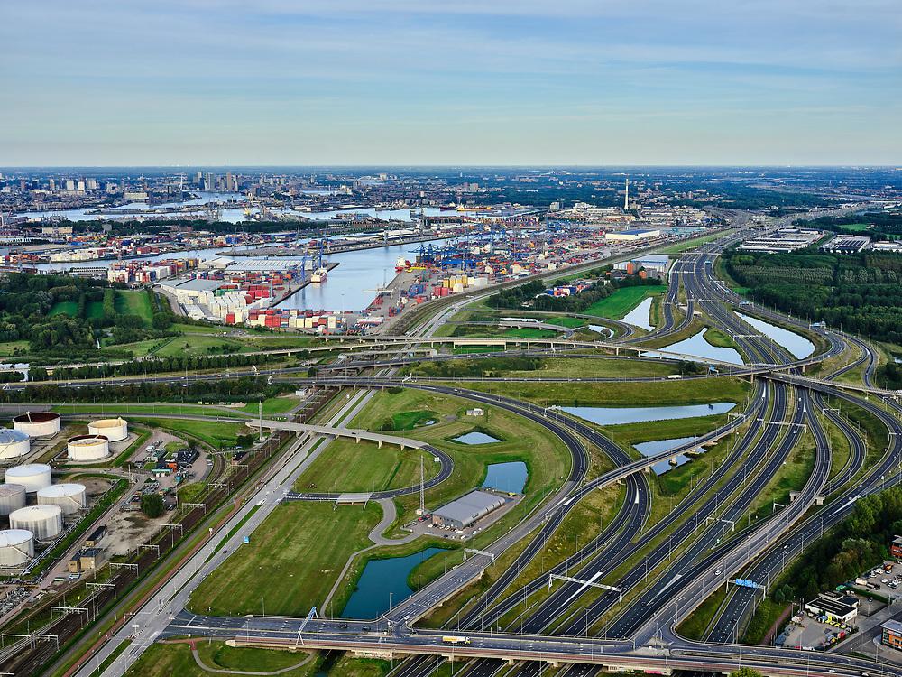 Nederland, Zuid-Holland, Rotterdam, 14-09-2019; Haven Rotterdam met stadsdeel Pernis. Knooppunt Benelux, A4 (naar links) en A15, onderdeel Ruit van Rotterdam. <br /> Port of Rotterdam with the Pernis district. Benelux junction, motorway A4 and A5.  Rotterdam ringroad.<br /> <br /> luchtfoto (toeslag op standard tarieven);<br /> aerial photo (additional fee required);<br /> copyright foto/photo Siebe Swart