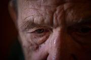 Retrato de José (84) durante el confinamiento en su vivienda de Minas de Castillo de las Guardas a 28 de Marzo de 2020.