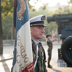 Portrait d'un soldat du Service des Essences des Armées (SEA) gardant le drapeau de son unité sur l'avenue des Champs Elysées à l'occasion des célébrations de la fête nationale.<br /> 14 juillet 2013, Paris (75)