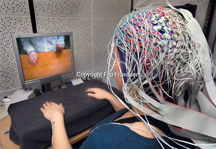 Nederland, Nijmegen, 15-3-2007Hersenonderzoek bij het NICI bij de Radboud universiteit. Dit onderzoek heeft tot doel een methode te ontwikkelen waarbij de hersenen een computer commando's geeft, waardoor bijvoorbeeld gehandicapten die geheel verlamd zijn toch een rolstoel kunnen besturen.Foto: Flip Franssen