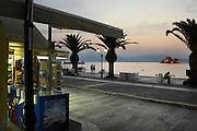 Griekenland, Nafplion, 5-7-2008Avond op de boulevard langs de zee en uitzicht op het Venetiaans fort in de baai. Op de voorgrond een kiosk.Foto: Flip Franssen