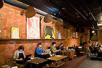"""7 Novembre, 2008. Brooklyn, New York.<br /> <br /> Dei clienti usano il computer portatile al Tea Lounge, una sala da tè e luogo di relax nella Union Street a Park Slope, Brooklyn, NY, una delle vie più famose del quartiere. Park Slope, spesso definito dai newyorkesi come """"The Slope"""", è un quartiere nella zona ovest di Brooklyn, New York, e confinante con Prospect Park.  Park Slope è un quartiere benestante che ha il maggior numero di nascite, la qualità della vita più alta e principalmente abitato da una classe media di razza bianca. Per questi motivi molte giovani coppie e famiglie decidono di trasferirsi dalle altre municipalità di New York a Park Slope. Dal punto di vista architettonico, il quartiere è caratterizzato dai brownstones, un tipo di costruzione molto frequente a New York, e da Prospect Park.<br /> <br /> ©2008 Gianni Cipriano for The New York Times<br /> cell. +1 646 465 2168 (USA)<br /> cell. +1 328 567 7923 (Italy)<br /> gianni@giannicipriano.com<br /> www.giannicipriano.com"""