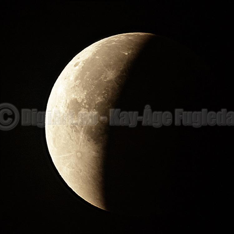 From the tonight Bloodmoon or Supermoon Lunar Eclipse | Fra nattens Blodrød måne eller supermåne med total formørkelse.