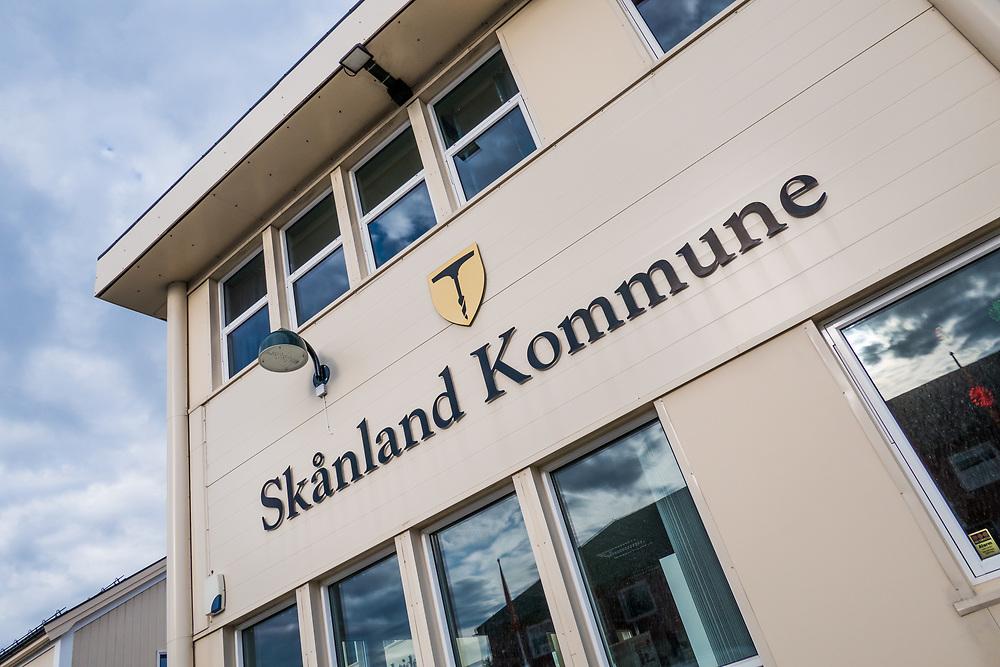 Skånland kommunens administrasjon er samlet på rådhuset, sentralt på tettstedet Evenskjer.