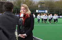 BILTHOVEN - HOCKEY -  De geschorste Willemijn Bos (Laren) staat Philip Kooke (NOS) te woord voor   de hoofdklasse competitiewedstrijd tussen de dames van SCHC en LAREN (2-2). COPYRIGHT KOEN SUYK