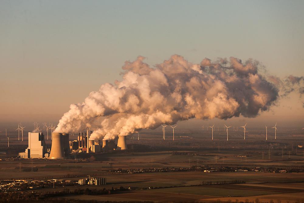 Grevenbroich, DEU, 29.11.2016<br /> <br /> Das Braunkohlekraftwerk Neurath, ein von der RWE Power AG mit Braunkohle betriebenes Grundlastkraftwerk in Grevenbroich (Rhein-Kreis Neuss) im Rheinischen Braunkohlerevier, ist das zweitleistungsstaerkste Kraftwerk Europas.<br /> <br /> The lignite power plant Neurath, a lignite-fired base load power plant operated by RWE Power AG in Grevenbroich, Germany (Rhein-Kreis Neuss) in the Rhenish lignite mining district, is Europe's second-largest power plant.<br /> <br /> Foto: Bernd Lauter/berndlauter.com
