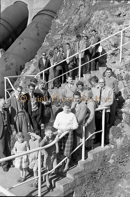 Members of the Geographical Society of Ireland visit the E.S.B. Generating Station at Pollaphuca.<br /> 28.04.1962