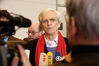 24 JAN 2006, BERLIN/GERMANY:<br /> Hans-Christian Stroebele, B90/Gruene, Stellv. Fraktionsvorsitzender, waehrend einem Pressestatement, vor Beginn der Fraktionssitzung von B90/Gruene, Deutscher Bundestag <br /> IMAGE: 20060124-01-007<br /> KEYWORDS: Journalist, Mikrofon, microphone, Hans-Christian Ströbele