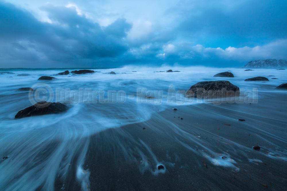 Wave withdraws from the beach and leavs pattern in the sand | En bølge trekker seg tilbake fra stranden og etterlater seg mønster i sanden.