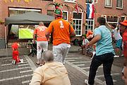 Van enthousiasme rennen bewoners van de Violenstraat in de Utrechtse volkswijk Ondiep, de wijk waar Wesley Sneijder vandaan komt, op een scherm af als Nederland tijdens de finale tegen Spanje bijna een doelpunt maakt.<br /> <br /> Supporters are running to the screen when they are watching the finals of the World Championship Soccer on the streets in the Utrecht district Ondiep.