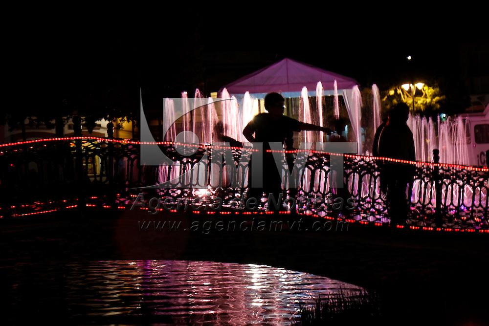 METEPEC, Mex.- La fuente principal del Parque Juárez en el centro de Metepec se ilumino de rosa para recordar las acciones que se han hecho en este municipio para prevenir el cáncer de mama y cervicouterino. Agencia MVT / Crisanta Espinosa. (DIGITAL)<br /> <br /> NO ARCHIVAR - NO ARCHIVE