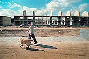 Nederland, Nijmegen, 15-5-2000..Nieuwbouw bij Oosterhout, de  zogenaamde Waalsprong van Nijmegen..Vinex, Woningmarkt, Hond uitlaten..Foto: Flip Franssen/Hollandse Hoogte
