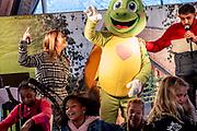 RHENEN, 30-11-2020 , Onky Donky huis<br /> <br /> Stichting Onky Donky presenteerd nieuwe mascotte en ambassadeur bij het Onky Donky huisgevestigd in Ouwehands Dierenpark.<br /> <br /> Op de foto:  Mascotte Fonkel met Dani Apeldoorn en Kim-Lian van der Meij