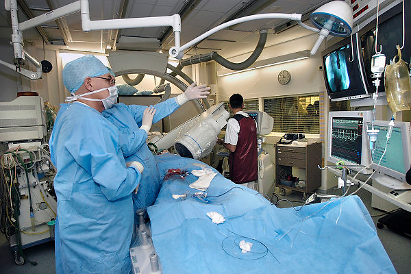 Nederland, 10-1-2007Op een catheterisatiekamer wordt een hartpatient gedotterd.Chirurgen overleggen tijdens de operatie en kijken naar het beeldscherm.Foto: Flip Franssen
