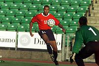 Fotball. EM-kvalifisering U21, Nadderud 1. september 2000. Norge-Armenia. John Carew, Norge mot Armenias keeper Gevorg Kasparov. Foto: Digitalsport.