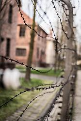 THEMENBILD - Das Stammlager Auschwitz I gehörte neben dem Vernichtungslager KZ Auschwitz II–Birkenau und dem KZ Auschwitz III–Monowitz zum Lagerkomplex Auschwitz und war eines der größten deutschen Konzentrationslager. Es befand sich zwischen Mai 1940 und Januar 1945 nach der Besetzung Polens im annektierten polnischen Gebiet des nun deutsch benannten Landkreises Bielitz am südwestlichen Rand der ebenfalls umbenannten Kleinstadt Auschwitz (polnisch Oświęcim). Teile des Lagers sind heute staatliches polnisches Museum bzw. Gedenkstätte. Im Bild Stacheldraht, aufgenommen am 11.04.2018, Oswiecim, Polen // Auschwitz concentration camp was a network of concentration and extermination camps built and operated by Nazi Germany in occupied Poland during World War II. It consisted of Auschwitz I (the original concentration camp), Auschwitz II–Birkenau (a combination concentration/extermination camp), Auschwitz III–Monowitz (a labor camp to staff an IG Farben factory), and 45 satellite camps. Concentration camp Auschwitz I, Oswiecim, Poland on 2018/04/11. EXPA Pictures © 2018, PhotoCredit: EXPA/ Florian Schroetter