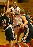 Bærum 12012003: Basket Bærums Verk Defenders - Ulriken Eagels . Sinisa Komatina misser grovt inne i feltet.<br /> <br /> Foto: Andreas Fadum, Digitalsport