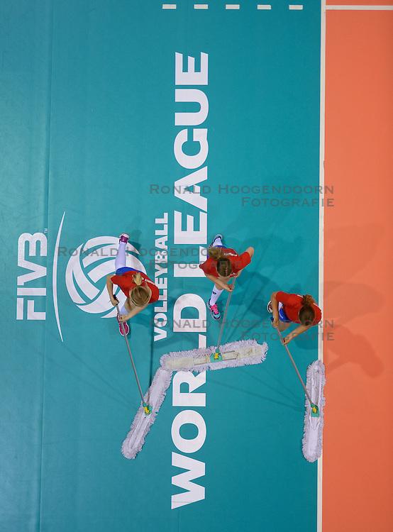 20150620 NED: World League Nederland - Portugal, Groningen<br /> De Nederlandse volleyballers hebben in de World League het vierde duel met Portugal verloren. Na twee uitzeges en de 3-0 winst van vrijdag boog de ploeg van bondscoach Gido Vermeulen zaterdag in Groningen met 3-2 voor de Portugezen: (25-15, 21-25, 23-25, 25-21, 11-15) / Vloersticker World League, moppers, vloervegers, item
