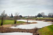 Nederland, Dodewaard, 8-2-2019 Rivierlandschap met dijkhuisjes.Foto: Flip Franssen