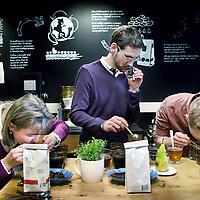 Nederland, Amsterdam , 16 maart 2012..Starbucks Roasting Plant in Amsterdam..Op de foto het proeven en ruiken aan en van verschillende koffiesmaken tijdens de espresso tasting..Starbucks Roasting Plant in Amsterdam..Tasting different espressos.