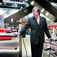 Nederland,Almere ,22 januari 2008..ICT directeur Jan Vink met boekenscanner in boekhandel Selexyz.