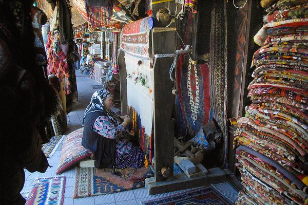 Turkije, Anatolie, 8-6-2011Een vrouw bezig met het weven van een turks, oosters tapijt.Foto: Flip Franssen