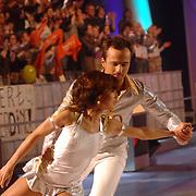 NLD/Hilversum/20070310 - 9e Live uitzending SBS Sterrendansen op het IJs 2007 de Uitslag, Geert Hoes en schaatspartner Sherri Kennedy op de bank