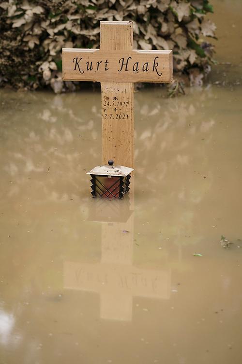 Erftstadt, DEU, 16.07.2021<br /> <br /> Der Friedhof im Ortsteil Liblar ist nach langanhaltenden Regenfällen in Erftstadt überschwemmt<br /> <br /> The cemetery in the district of Liblar is flooded after prolonged rainfall in Erftstadt<br /> <br /> Foto: Bernd Lauter/berndlauter.com