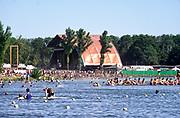 Nederland, Beuningen, Ewijk, 1-7-2018 Festival Down the Rabbit Hole , dtrh . Warm en stoffig op de derde dag van het festival . Mensen zochten de schaduw of het water op voor verkoeiling .Foto: Flip Franssen