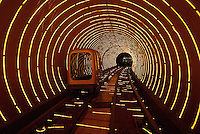 Chine. Shanghai. Tunnel touristique du Bund. // China. Shanghai. Touristical tunnel of the Bund.