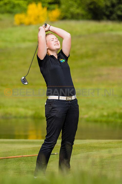 17-05-2015 NGF Competitie 2015, Hoofdklasse Heren - Dames Standaard - Finale, Golfsocieteit De Lage Vuursche, Den Dolder, Nederland. 17 mei. Dames Noordwijkse: Noelle Beijer tijdens de foursomes.
