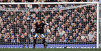Photo: Paul Thomas.<br /> Everton v Reading. The Barclays Premiership. 14/01/2007.<br /> <br /> Tim Howard of Everton watches the play from his goal mouth.