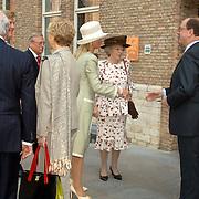 NLD/Middelburg/20060513 - Uitreiking van de Four Freedoms Awards 2006, Koninging Beatrix en prinses Maxima worden verwelkomd door drs. W.T. van Gelder, Commissaris van de Koningin in de  provincie Zeeland en mr. J.M. Schouwenaar, burgemeester van Middelburg