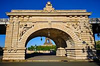 France, Paris (75), la Tour Eiffel depuis le pont de Bir Hakeim et le viaduc de Passy durant le confinement du Covid 19 // France, Paris, the Eiffel tower and Bir Hakeim bridge during the lockdown of Covid 19