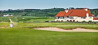 PORTRUSH - Hole 18 met clubhuis.ROYAL PORTRUSH GOLF CLUB. The Dunluce Championship Course.COPYRIGHT KOEN SUYK