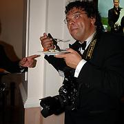 NLD/Scheveningen/20070415 - Premiere Tarzan, Roy beusker eet een hapje