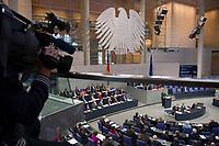 DEU, Deutschland, Germany, Berlin, 26.11.2014: Ein Kameramann filmt Bundeskanzlerin Dr. Angela Merkel (CDU) während ihrer Rede anlässlich der Generalaussprache zur Regierungspolitik im Deutschen Bundestag.