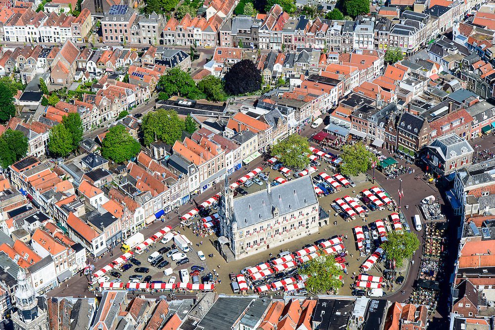 Nederland, Zuid-Holland, Gouda, 10-06-2015; Markt met kramen van de weekmarkt. In het midden het gotische stadhuis. Rond het plein de Sint-Janskerk of Grote Kerk en de Waag.<br /> Gouda is bekend van de goudse kaas, kaarsen, pijpen en stroopwafels.<br /> City centre Gouda with its 15th century townhall on the market square. Gouda is well known for itsGouda cheese, candles, pipes and syrup waffles.<br /> luchtfoto (toeslag op standard tarieven);<br /> aerial photo (additional fee required);<br /> copyright foto/photo Siebe Swart