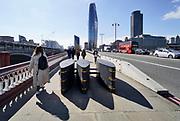 Engeland, Londen, 10-4-2019Straatbeeld van het centrum van de stad. Na de aanslag met een auto die over het voetpad van een brug op mensen inreed zijn op de bruggen over de rivier de Thames roadbarriers geplaatst . Veiligheid,roadblock,barriere,afsluiting,afsluiten .Foto: Flip Franssen
