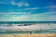 Frankrijk, Capbreton, Les Landes, 27-5-1998  Kust van de golf van biskaje aan de atlantische oceaan, die bekend staat om zijn hoge  golven . Een vrouw met haar hond kijken uit over de zee .Foto: ANP/ Hollandse Hoogte/ Flip Franssen