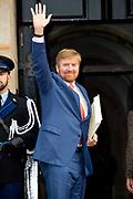 Koning Willem-Alexander reikt in het Koninklijk Paleis de Erasmusprijs uit aan de Amerikaanse componist en dirigent John Adams.<br /> <br /> King Willem-Alexander presents the Erasmus Prize to the American composer and conductor John Adams in the Royal Palace.<br /> <br /> Op de foto / On the photo:  Koning Willem Alexander / King Willem Alexander