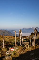THEMENBILD - ein Zaunüberstieg für Wanderer. Der Weg ist mit einer rot weiß roten Flagge auf einem Stein markiert, aufgenommen am 16. September 2018 in Saalbach Hinterglemm, Österreich // a fence overpass for hikers. The path is marked with a red and white red flag on a stone, Saalbach Hinterglemm, Austria on 2018/09/16. EXPA Pictures © 2018, PhotoCredit: EXPA/ Stefanie Oberhauser