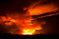 Biebrzanski Park Narodowy, 22.04.2020. Olbrzymi pozar w Biebrzanskim Parku Narodowym. Od niedzieli ( 19.04 ) plonie tam ok. 1400 hektarow lak, torfowisk, trzcinowisk i lasu. Gaszenie pozaru moze potrwac nawet pare dni. BPN jest najwiekszym polskim parkiem narodowym, maja tu swoja ostoje m.in losie oraz liczne gatunki ptakow. W nocy z 21/22.04 zagrozona przez ogien byla wies Dawidowizna N/z luna pozaru byla widoczna z ponad 20 km fot Michal Kosc / AGENCJA WSCHOD
