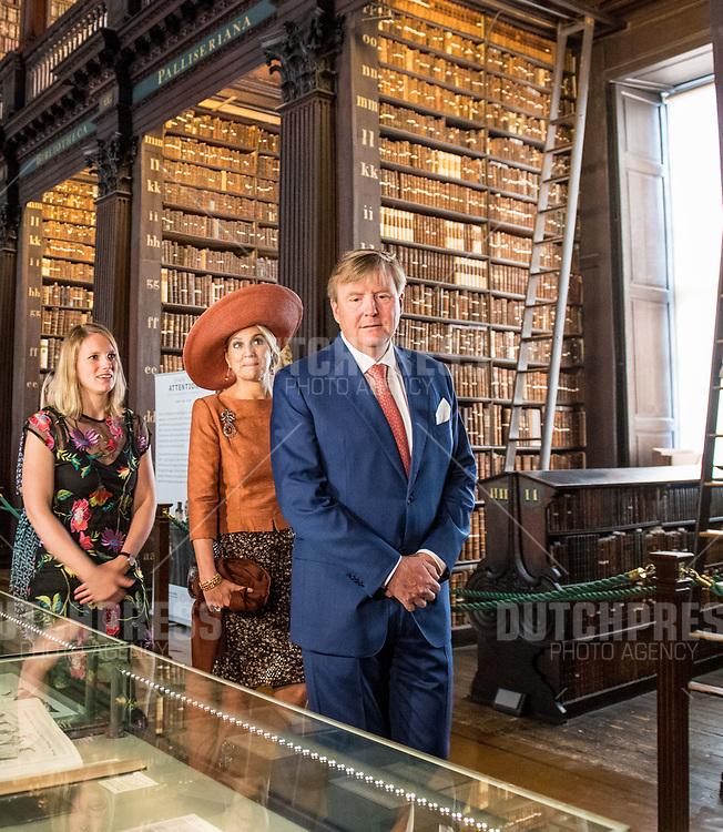Koning Willem-Alexander en koningin Maxima tijdens een bezoek aan Trinity College in Dublin, op dag 2 van het 3-daags staatsbezoek van het Nederlands Koningspaar aan Ierland.