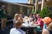 Het team praat na het ongeval na met Robert Braam. Het Human Power Team Delft en Amsterdam (HPT), dat bestaat uit studenten van de TU Delft en de VU Amsterdam, is in Amerika om te proberen het record snelfietsen te verbreken. Momenteel zijn zij recordhouder, in 2013 reed Sebastiaan Bowier 133,78 km/h in de VeloX3. In Battle Mountain (Nevada) wordt ieder jaar de World Human Powered Speed Challenge gehouden. Tijdens deze wedstrijd wordt geprobeerd zo hard mogelijk te fietsen op pure menskracht. Ze halen snelheden tot 133 km/h. De deelnemers bestaan zowel uit teams van universiteiten als uit hobbyisten. Met de gestroomlijnde fietsen willen ze laten zien wat mogelijk is met menskracht. De speciale ligfietsen kunnen gezien worden als de Formule 1 van het fietsen. De kennis die wordt opgedaan wordt ook gebruikt om duurzaam vervoer verder te ontwikkelen.<br /> <br /> The Human Power Team Delft and Amsterdam, a team by students of the TU Delft and the VU Amsterdam, is in America to set a new  world record speed cycling. I 2013 the team broke the record, Sebastiaan Bowier rode 133,78 km/h (83,13 mph) with the VeloX3. In Battle Mountain (Nevada) each year the World Human Powered Speed Challenge is held. During this race they try to ride on pure manpower as hard as possible. Speeds up to 133 km/h are reached. The participants consist of both teams from universities and from hobbyists. With the sleek bikes they want to show what is possible with human power. The special recumbent bicycles can be seen as the Formula 1 of the bicycle. The knowledge gained is also used to develop sustainable transport.