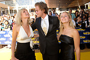 Premiere The Wiz in het Beatrixtheater in Utrecht.<br /> <br /> Op de foto: Tooske Ragas kust Jim Bakkum en vriendin Bettina Holwerda kijkt toe