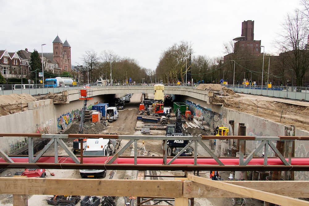 In Utrecht wordt hard gewerkt aan het stationsgebied. In 2030 moet de Catherijnesingel weer vol water staan.<br /> <br /> Construction work in the area around the main station of Utrecht. In 2030 water has to flow at the Catherijnesingel.