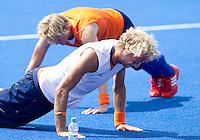 CHIGWELL -  Floris Evers en Tim Jenniskens (l) drukken zich op. De mannen van het het Nederlands hockeyteam trainen zaterdag op de velden van Old Loughtonions Hockey Club voor het Olympisch toernooi dat bij het hockey zondag van start gaat, De mannen starten maandag met de wedstrijd tegen India.KOEN SUYK